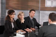 Biznesmeni prowadzi akcydensowego wywiad zdjęcia stock
