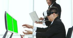 Biznesmeni przegląda zawartość VR przyrząd zdjęcie wideo