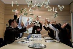 Biznesmeni rozpraszają dolary Zdjęcia Stock
