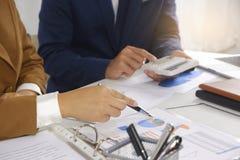 Biznesmeni spotyka projekta pomysł, fachowy inwestor pracuje w biurze dla zaczynają w górę nowego projekta zdjęcia stock