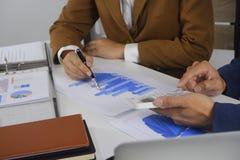 Biznesmeni spotyka projekta pomysł, fachowy inwestor pracuje w biurze dla zaczynają w górę nowego projekta obraz stock