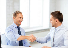Biznesmeni trząść ręki w biurze Obraz Royalty Free