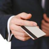 Biznesmeni trzyma kredytową kartę proponuje mnie ty Ręka w bla Fotografia Royalty Free