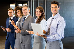 Biznesmeni używa telefon komórkowego, podołek pastylkę, odgórną i cyfrową Zdjęcie Royalty Free