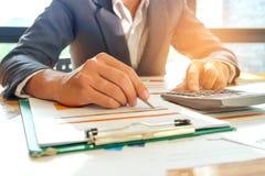 Biznesmeni używają kalkulatora i używają pióro analizować da Fotografia Royalty Free