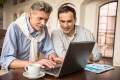Biznesmeni w kawiarni zdjęcia stock