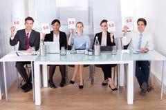 Biznesmeni w konferencyjnym mienie papierze Fotografia Stock