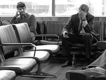 Biznesmeni w lotniskowym holu czekaniu dla fllight, horyzontalnym Fotografia Stock