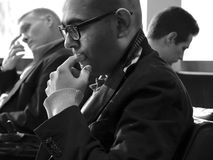 Biznesmeni w lotniskowym holu podczas gdy aiting dla fllight, horyzontalny Fotografia Stock