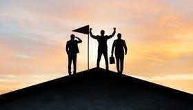 Biznesmeni w osi?gni?ciu i pracy zespo?owej poj?ciu royalty ilustracja