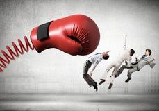 Biznesmeni walczy z bokserską rękawiczką Obrazy Stock