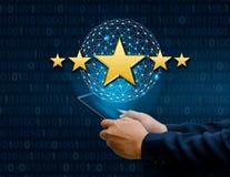 Biznesmeni wskazuje pięć gwiazdowych gwiazd podnosić korporacyjną ocena telefonu właściciela ziemi Globalnej sieci 5 gwiazdę Zdjęcia Royalty Free