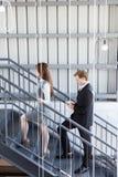 Biznesmeni wspina się schody w biurze obraz royalty free