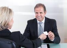 Biznesmeni Wymienia Odwiedzający kartę W biurze Zdjęcia Royalty Free