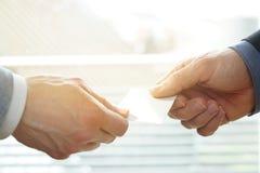 Biznesmeni wymienia Odwiedzający kartę W biurze z światłem słonecznym Obrazy Royalty Free