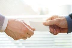 Biznesmeni wymienia Odwiedzający kartę W biurze z światłem słonecznym Obraz Royalty Free