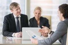 Biznesmeni wzrasta sprzedaży statystyki Obraz Royalty Free