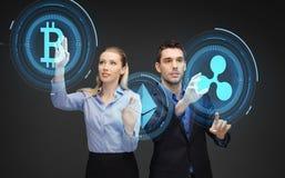 Biznesmeni z cryptocurrency hologramami Zdjęcia Royalty Free
