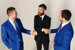 Biznesmeni z szczęśliwymi twarzami w formalnych kostiumach Firma lidery obrazy royalty free