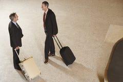 Biznesmeni Z walizkami bagażu Carousel W lotnisku zdjęcie royalty free