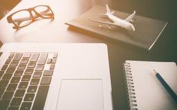 Biznesowa agencja podróży na komputerowym biurku zdjęcia stock