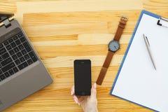 Biznesowa analiza - kobieta pracuje z pieniężnymi dane sporządza mapę przy zdjęcia stock