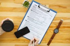Biznesowa analiza - kobieta pracuje z pieniężnymi dane sporządza mapę przy obraz stock