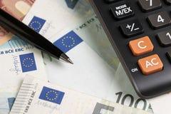 Biznesowa bankowość, księgowości waluty pojęcie, czarny pióro na stosie obraz stock