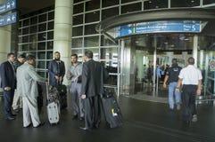 biznesowa chwyta mężczyzna stojaków walizki wycieczka unrecognizable zdjęcie royalty free
