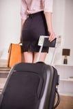 biznesowa chwyta mężczyzna stojaków walizki wycieczka unrecognizable zdjęcia royalty free