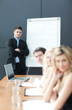 biznesowa daje mężczyzna prezentaci praca zespołowa Zdjęcie Royalty Free