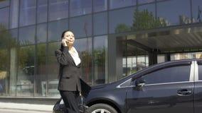 Biznesowa dama śpieszy spotykać klienta, rozwiązuje pytania telefonem zbiory wideo
