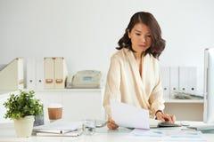 Biznesowa dama czyta kontrakt obraz stock