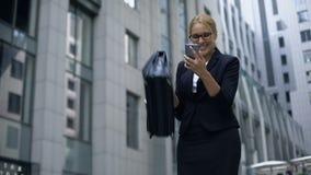 Biznesowa dama excited o dobrze wieści od telefonu, pomyślna transakcja, promocja zbiory