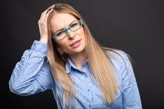 Biznesowa dama jest ubranym błękitnych szkła trzyma kierowniczymi jak kaleczenie zdjęcia royalty free