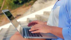 Biznesowa dama pracuje na laptopie, atrakcyjna brunetka w błękitnym kostiumu z laptopem, atrakcyjna kobieta pracuje na ona zbiory wideo
