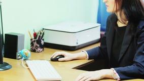 Biznesowa dama pracuje przy komputerem zbiory wideo