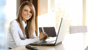 Biznesowa dama pracuje w biurze zdjęcie wideo