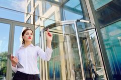 Biznesowa dama z pastylką w jej ręce klika dalej wirtualnego di obraz stock