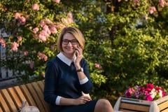 Biznesowa dama z telefonem komórkowym Zdjęcia Royalty Free