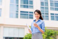 Biznesowa dama z telefonem komórkowym zdjęcie stock