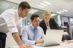 Biznesowa drużyna trzy w biurze i planowanie pracie obraz royalty free