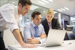 Biznesowa drużyna trzy w biurze i planowanie pracie Zdjęcia Stock