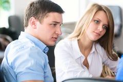 Biznesowa dyskusja Dwa młody pomyślny mężczyzna patrzeje szefa Zdjęcie Stock