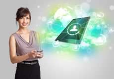 Biznesowa dziewczyna pokazuje nowożytnego pastylki technologii pojęcie obrazy stock