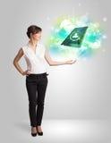 Biznesowa dziewczyna pokazuje nowożytnego pastylki technologii pojęcie Zdjęcie Stock