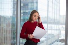 Biznesowa dziewczyna przy okno z papierów czytać radość w rozwiązaniach podpisywać zgodę i ono zgadza się z partnerami fotografia stock