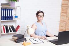 Biznesowa dziewczyna siedzi w białe Biurowe pracy przy komputerem Obraz Royalty Free