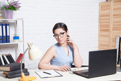 Biznesowa dziewczyna siedzi w białe Biurowe pracy przy komputerem Obrazy Royalty Free
