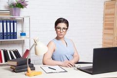 Biznesowa dziewczyna siedzi w białe Biurowe pracy przy komputerem Zdjęcie Royalty Free